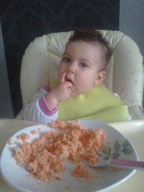 Je mange ma semoule seule!! 2012-06-13-19.54.28